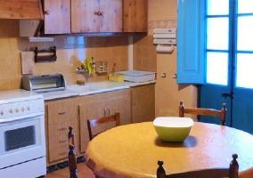 Cocina equipada con mesa