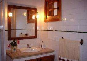 Aseo de la casa con espejo y ducha con su mampara