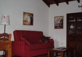 Sala de estar con sillones en color rojizo