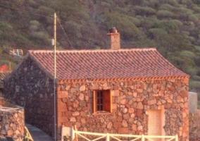 Vistas de las zonas exteriores con la fachada de la casa