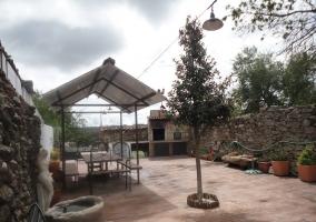 Mobilario de jardín en el patio exterior de la vivienda