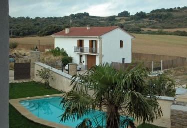 Casas rurales con piscina en murugarren for Camping en navarra con piscina