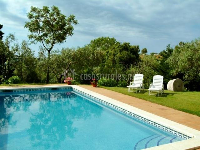 Casa peque a mas hortus casas rurales en garriguella for Piscina jardin girona