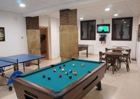 Sala de juegos con billar y mesa de pingpong
