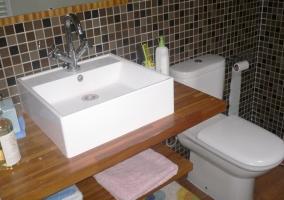 Aseo con lavabo grande y azulejos grises y marrones