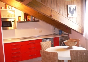 Cocina abierta con muebles rojos