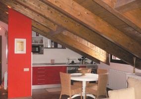 Cocina y comedor con techo abuhardillado
