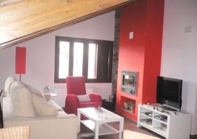 Sala de estar con chimenea en pared roja y televisor