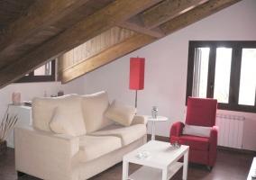 Sala de estar con dos sillones y mesa blanca
