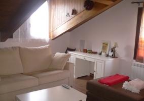 Sala de estar con sofá cama y escritorio