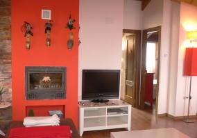 Sala de estar con televisor y chimenea en la pared