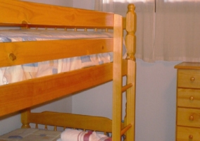 Dormitorio doble con litera y cajonera