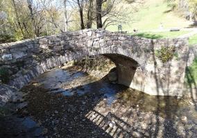 Puente medieval sobre el río Sábena