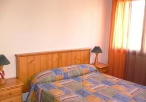 Dormitorio blanco con cama doble