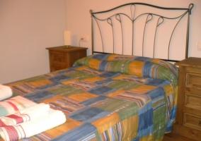 Dormitorio de matrimonio y dos mesillas de madera