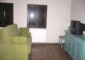Sala de estar con televisor sobre mueble