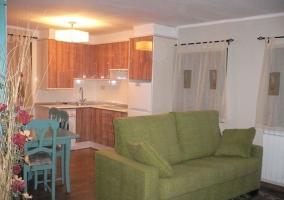 Sala de estar y cocina abierta al fondo