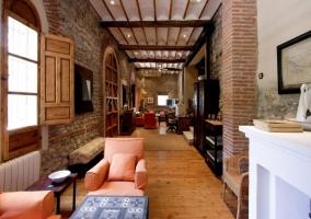 Sala de estar con enorme chimenea y techos altos