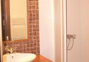 Aseo con ducha y lavabo blanco