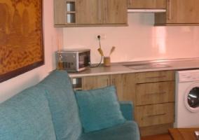 Cocina con microondas y sala de estar