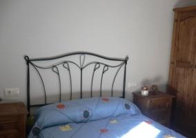 Dormitorio con cama de matrimonio y dos mesillas