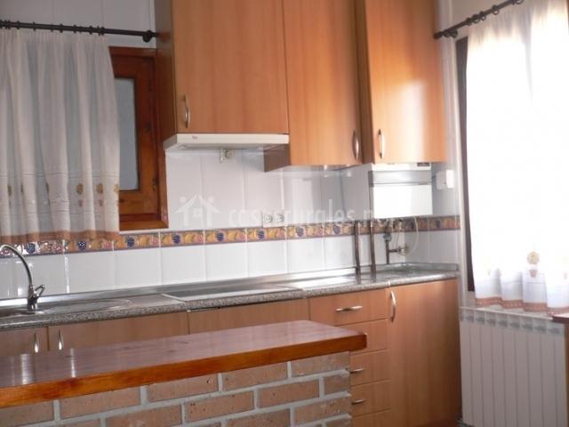 Cocina abierta con barra americana de ladrillos