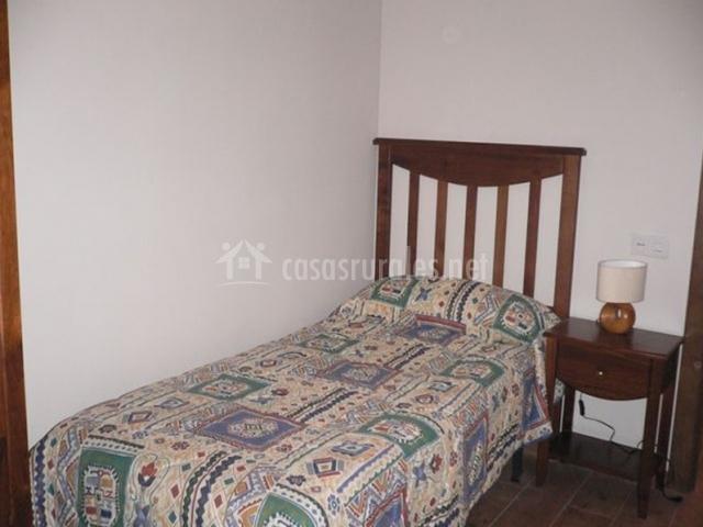 Dormitorio con mesilla y cama individual