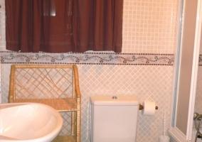 Aseo con bañera y azulejos adornados