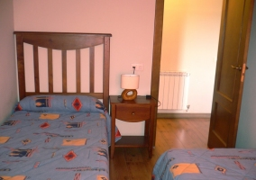 Dormitorio con dos camas individuales y mesillas