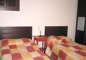 Dormitorio doble con dos camas separadas