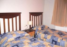 Dos camas con colchas estampadas en dormitorio
