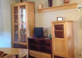 Sala de estar con mueble grande y televisor encima