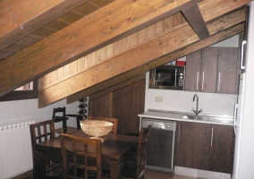 Cocina abierta y comedor en sala abuhardillada