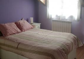Dormitorio morado con cama de matrimonio