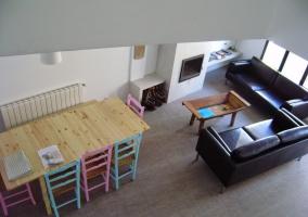 Comedor junto a la sala de estar de la vivienda
