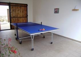 Mesa de ping pong en la parte exterior de la vivienda