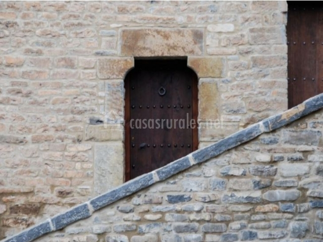 Puerta tras las escaleras