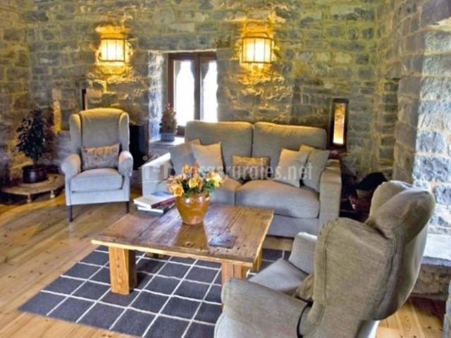 Sala de estar con mesa de madera natural
