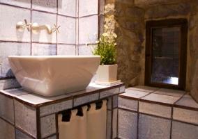 Baño blanco con alicatado rústico