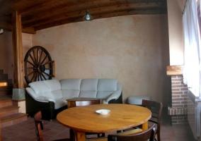 Sala de estar con chimenea y hueco para leña