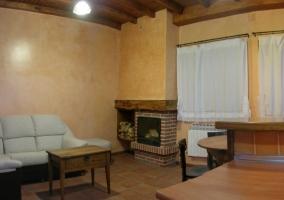 Sala de estar con mesa redonda para comer en madera