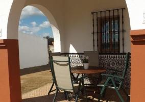 Vistas del porche con azulejo en la parte baja de la fachada