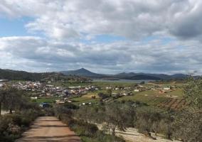 Vistas del pueblo y camino que lleva a él