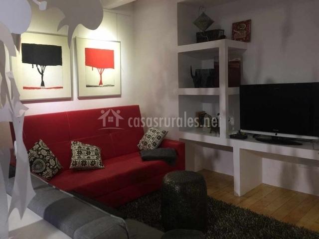 Sala De Estar Junto Con Sala De Tv ~ cocina con electrodomésticos aseo con lavabo y espejo dormitorio con