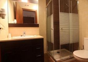 Aseo con mueble grande bajo el lavabo y ducha
