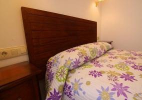 Dormitorio de matrimonio con colcha adornada en la cama