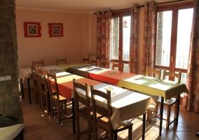 Sala de estar con paredes rojas y sillón