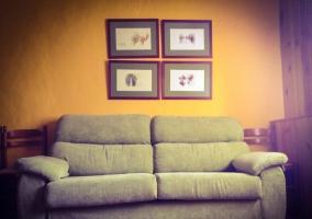 Sala de estar y comedor con pared amarilla