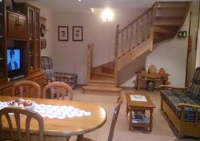Sala de estar y televisor y mesa de comedor grande