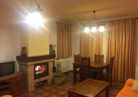 Sala de estar con chimenea al lado de la mesa
